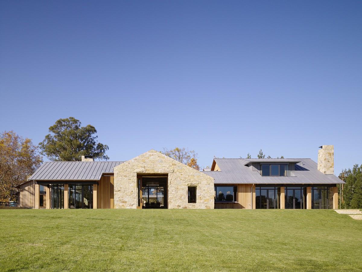 Камень, дерево, стекло: современная сельская резиденция в США