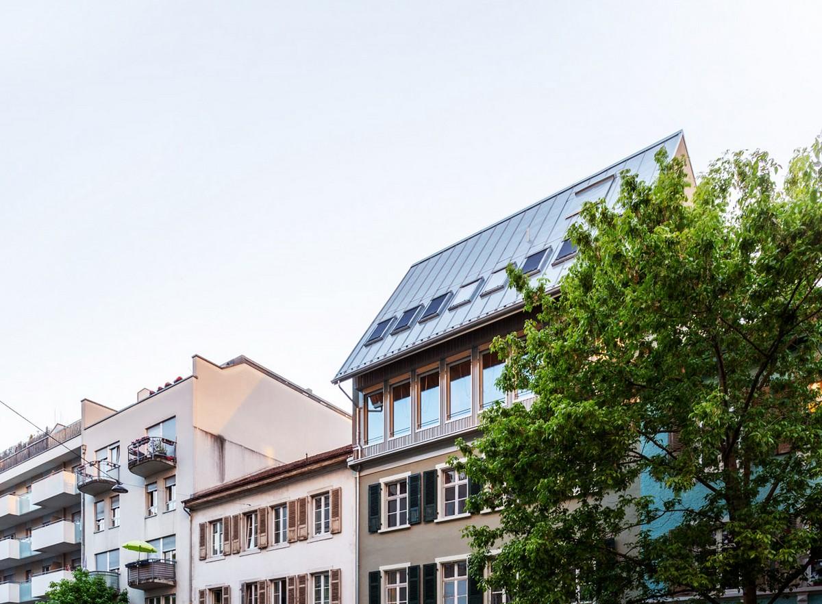 Семейная квартира в виде пристройки к крыше старинного дома в Швейцарии