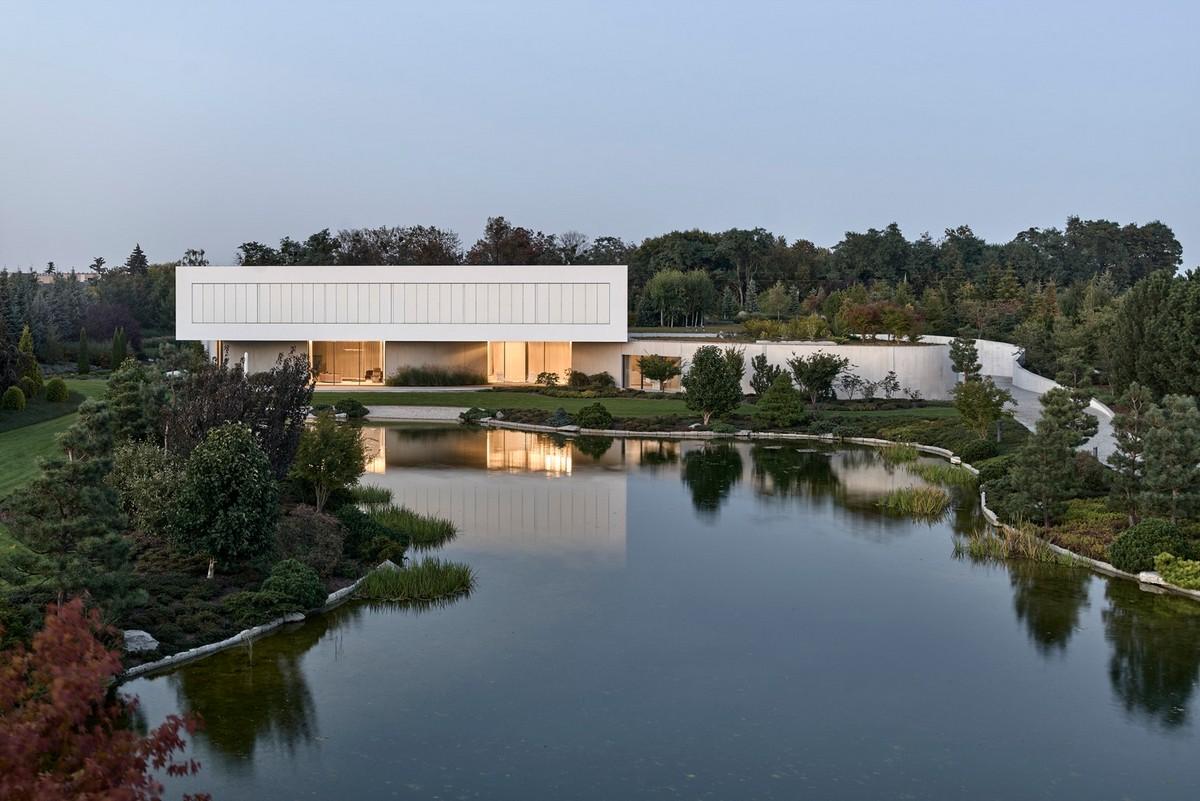 Современная резиденция с бассейном, озером, садом и зелёной крышей в Польше