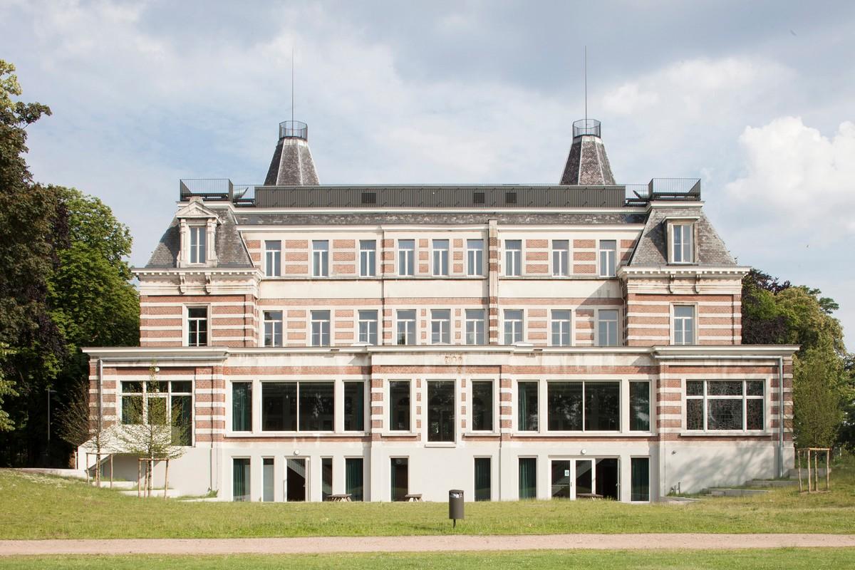 Преобразование исторического замка в школу с комфортной образовательной средой в Бельгии