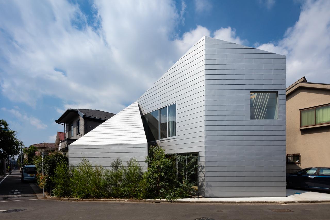 Дом «K2 House» из трёх треугольников с необычным интерьером и двориком в Японии