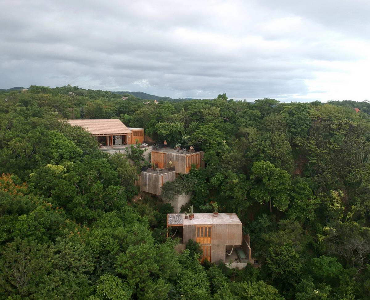 Дом для отдыха у моря на крутом склоне в Мексике