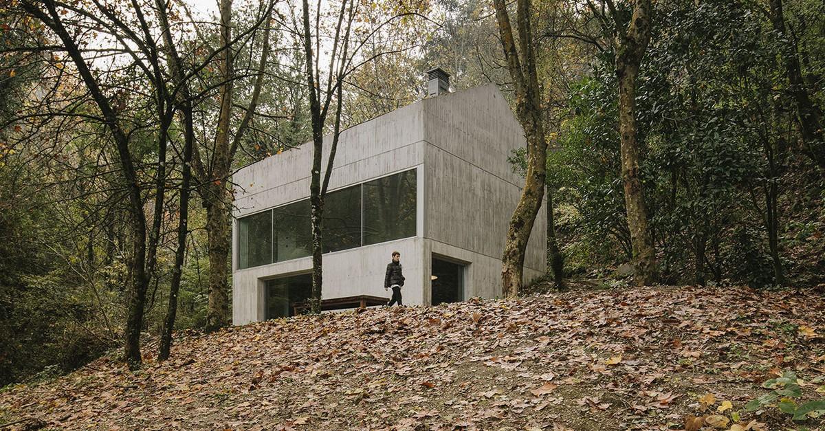 Простой бетонный дом для отпуска в лесу в северной Португалии