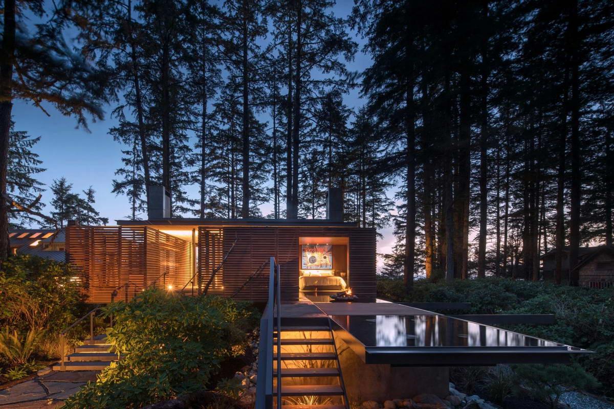 Пляжный дом для отдыха на лесистом берегу в Канаде