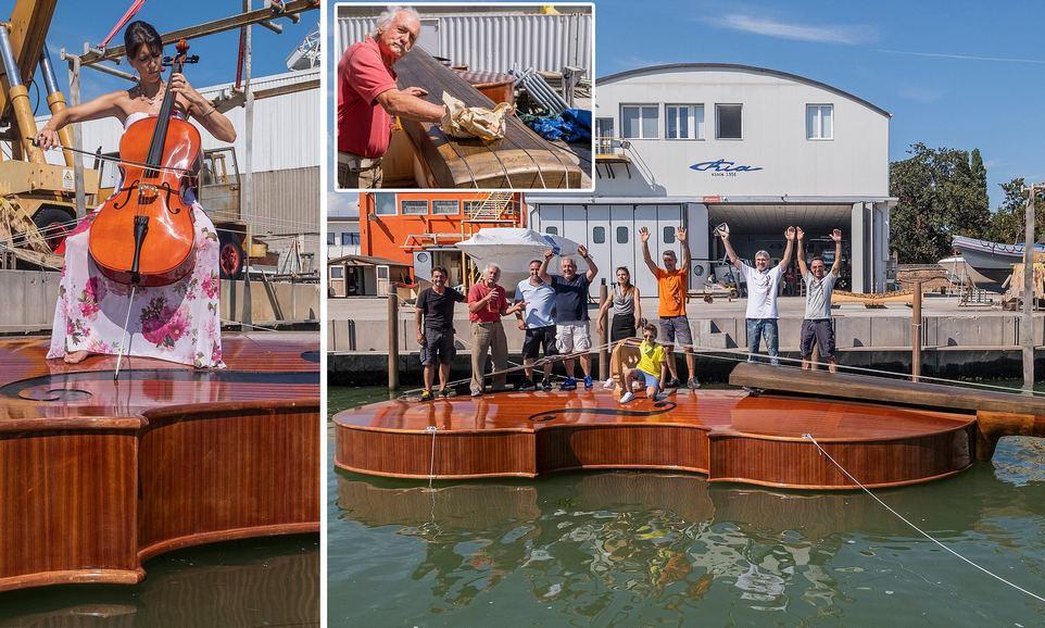12-метровую лодку в форме гигантской скрипки спустили на воду в Венеции