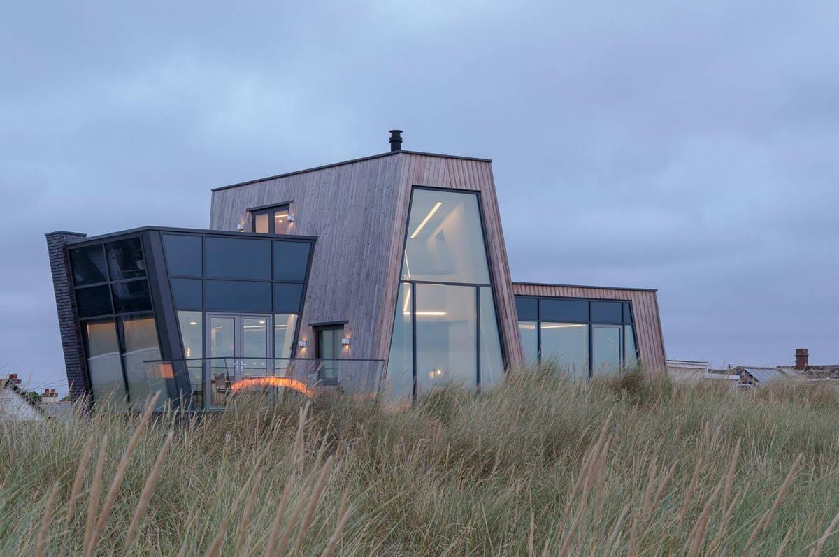 Дом-корабль в прибрежных дюнах в Великобритании