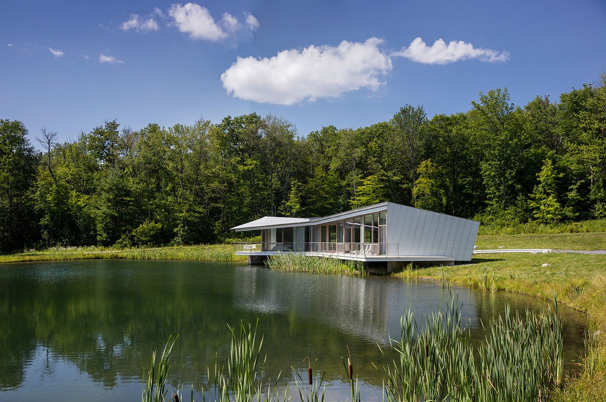 Загородный дом для отдыха на берегу пруда в штате Нью-Йорк