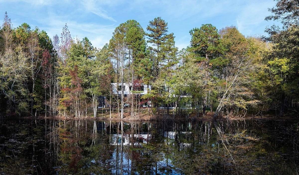 Минималистский дом на берегу лесного пруда в США