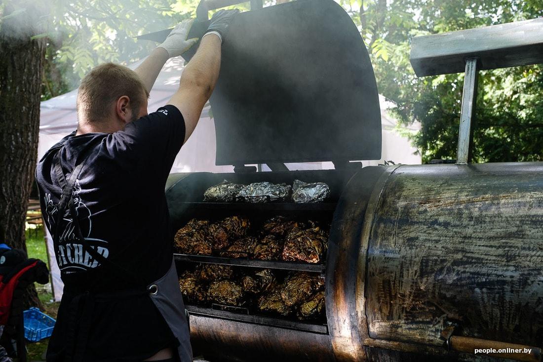 Не вегетарианский репортаж: как коптят мясо профессионалы на Vulitsa Ezha