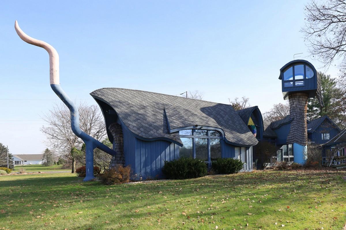 Дом-дракон: в штате Мичиган продается коттедж с хвостом и вращающейся башней за $540 000