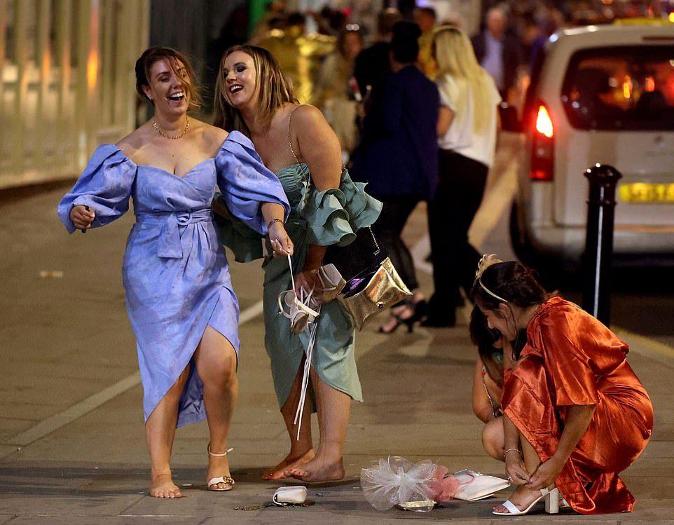 Любители скачек отправились продолжить веселье на городские улицы