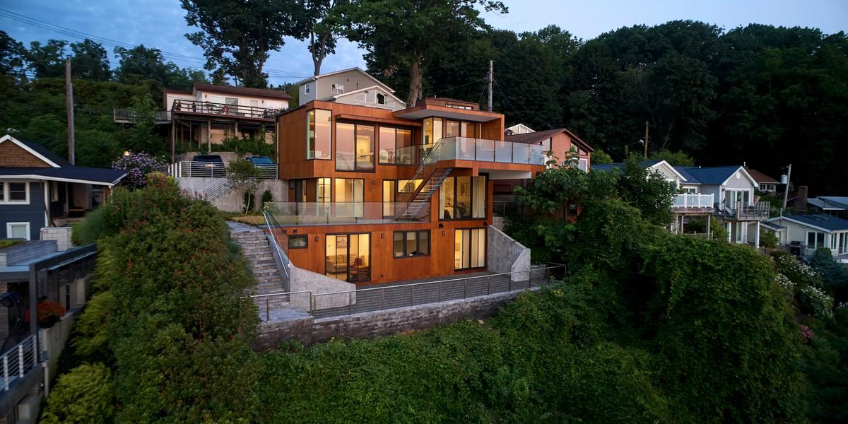 Современный стильный дом на крутом склоне на полуострове Порт-Вашингтон