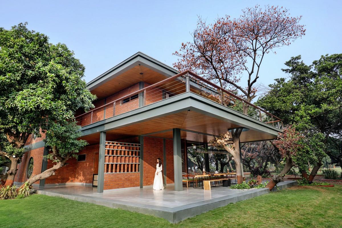 Кирпичный модернистский особняк с бассейном и двориком в Индии