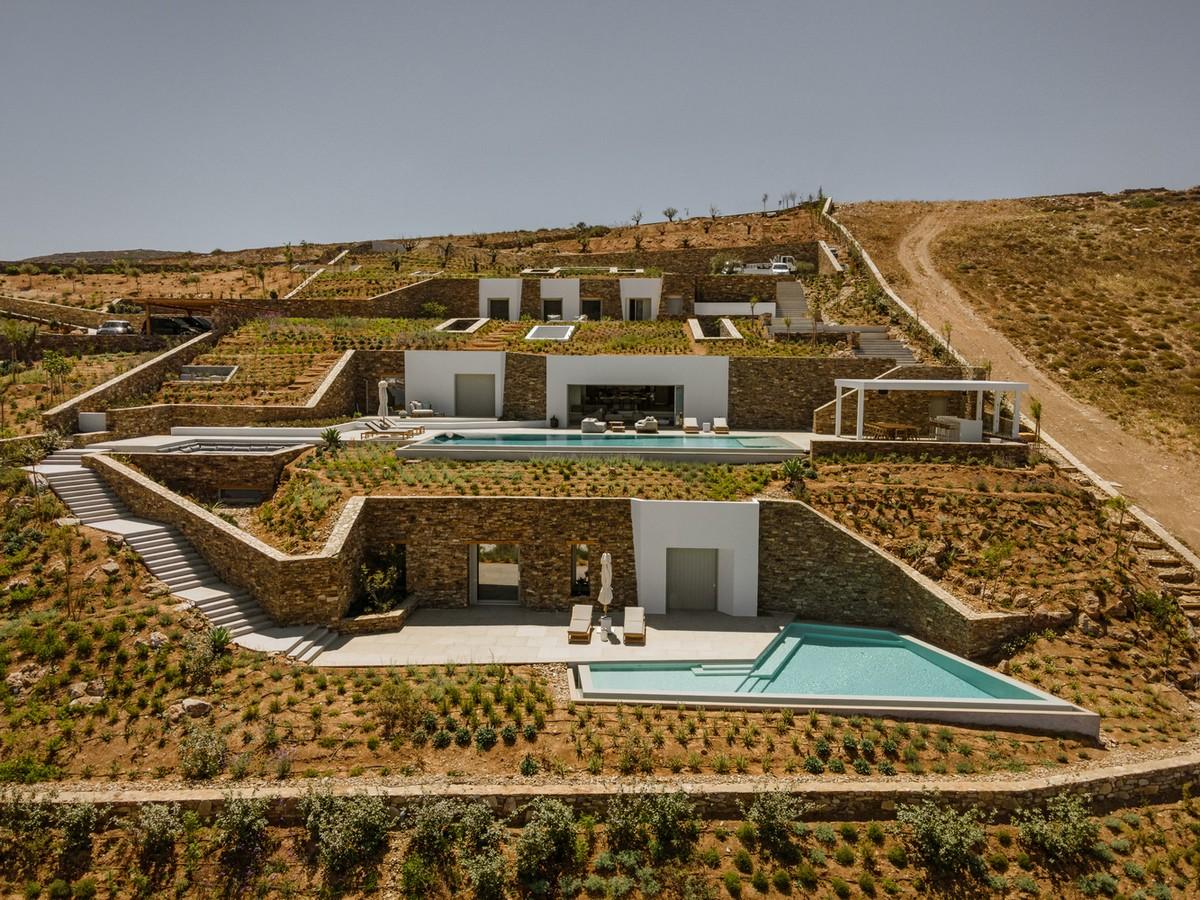 Подземная островная вилла, интегрированная в скалистый ландшафт в Греции