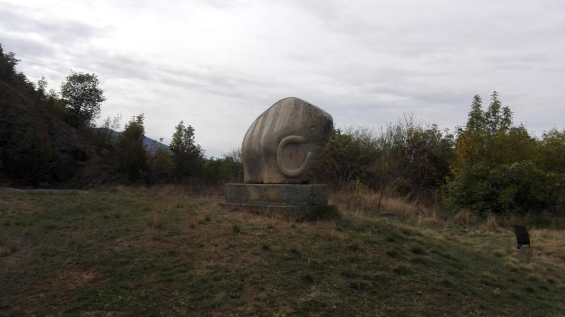 Скулптура мамута.