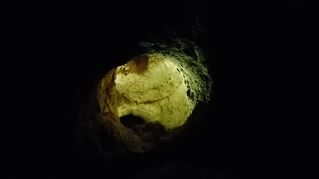 Рупа у таваници пећине.