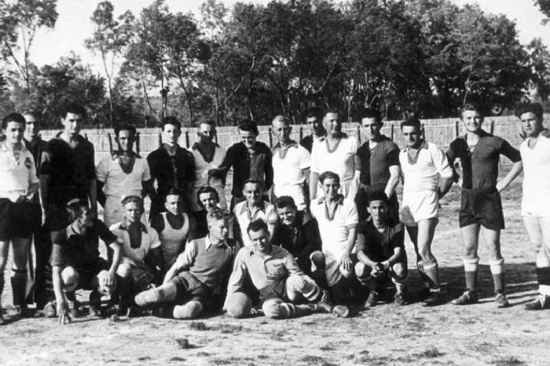 Совместное фото игроков обеих команд.