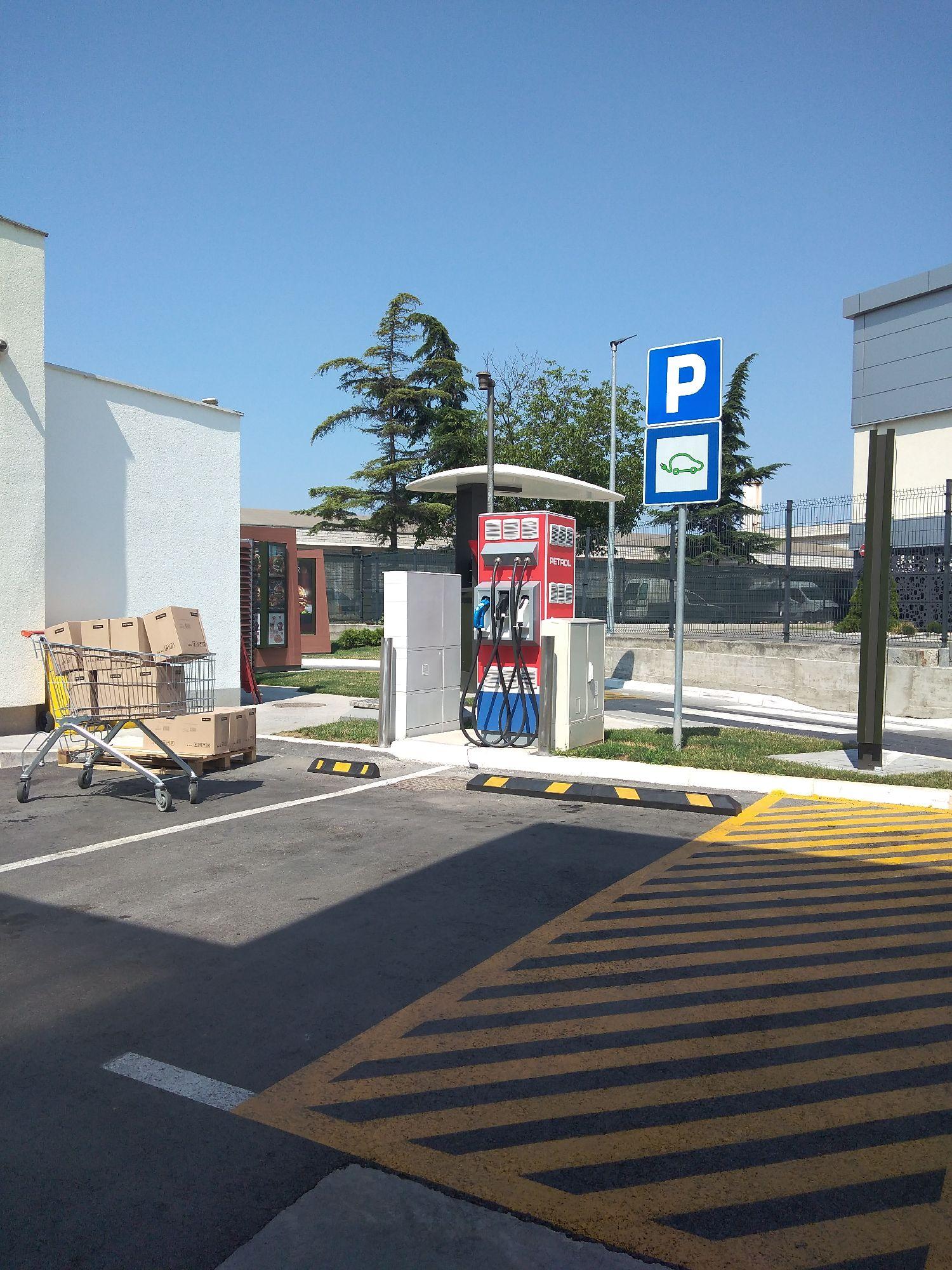 Станица за пуњење електро аутомобила.  Станция зарядки электромобилей.