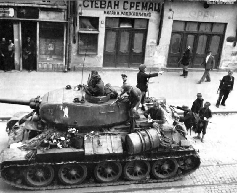 Устаници се придружују совјетској војсци.