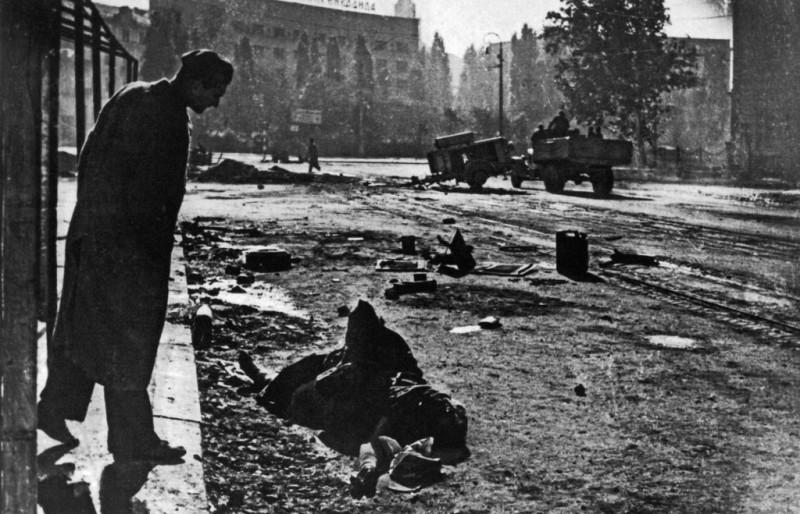 Грађанин посматра мртвог немачког војника.