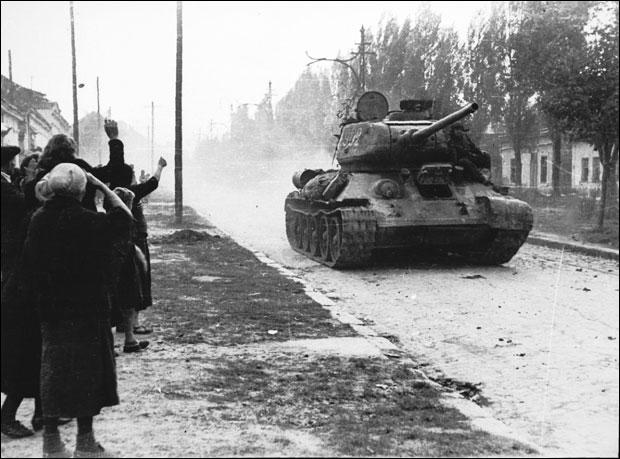 грађани поздрављају совјетске војнике.
