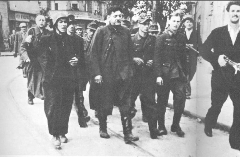 Устаници спроводе заробљене немце.