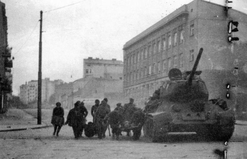 Евакуација рањеника коришћењем заштите совјетског тенка.