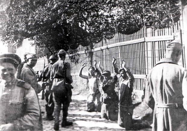 Група немачких војника се предаје.