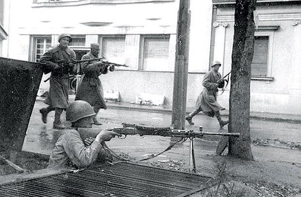Напредовање совјетских војника.