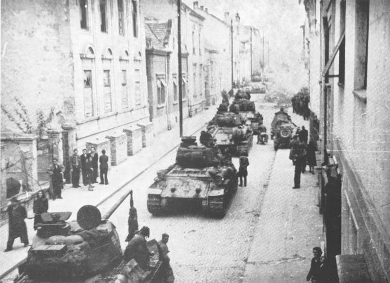 Колона совјетских тенкова у Београду.