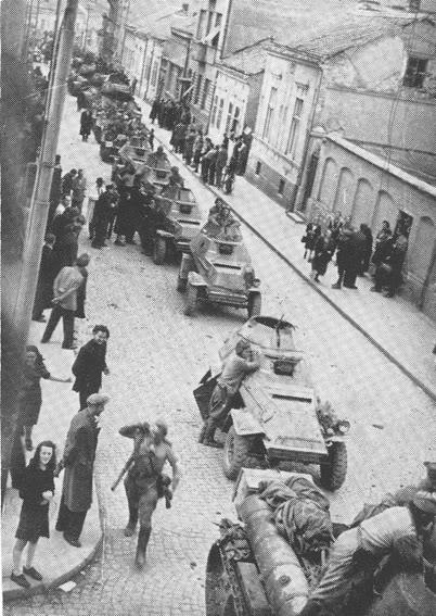 Колона совјетских борних кола напредује кроз Београд.