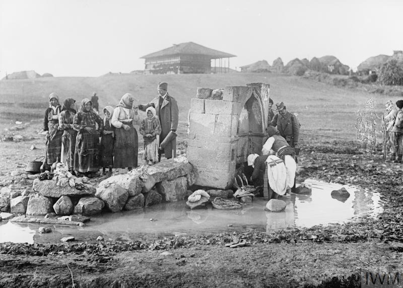 Српски војници и станвиштво Куманова после битке.