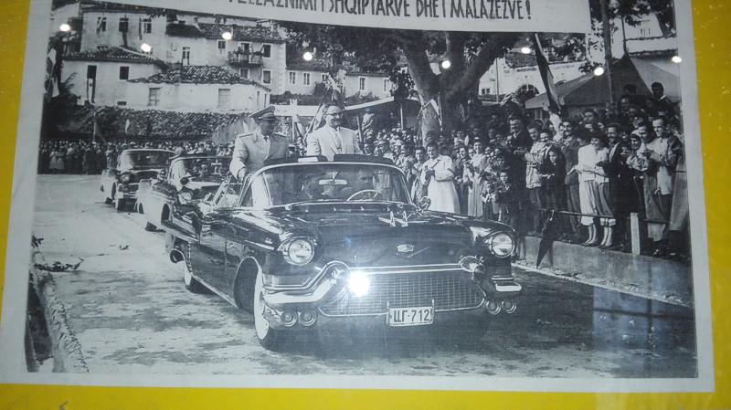 """Кадилак Елодрадо """"друга"""" Тита у посети захвалним грађанима албанске народности. ЦГ на таблицама је ознака за Црну Гору."""