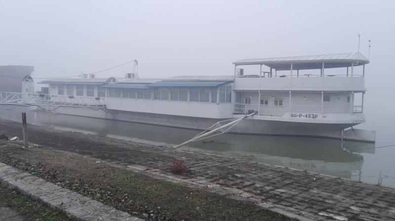 Један од бродова ресторана на реци.