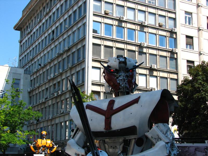 Два робота нападају из Кнез Михајлове улице, код ресторана Руски Цар.