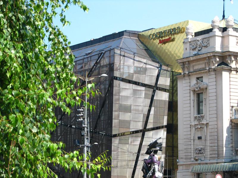 Робот иде ка Народном музеју.