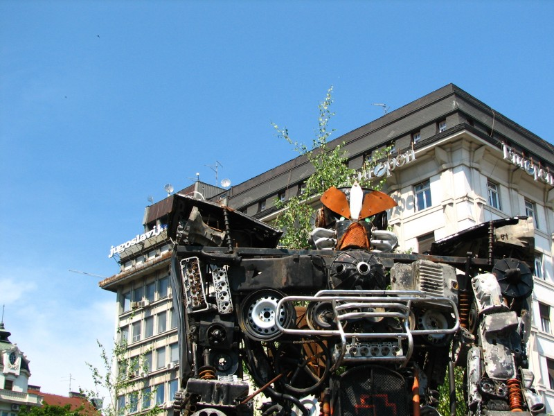 Робот код споменика Кнезу Михајлу.