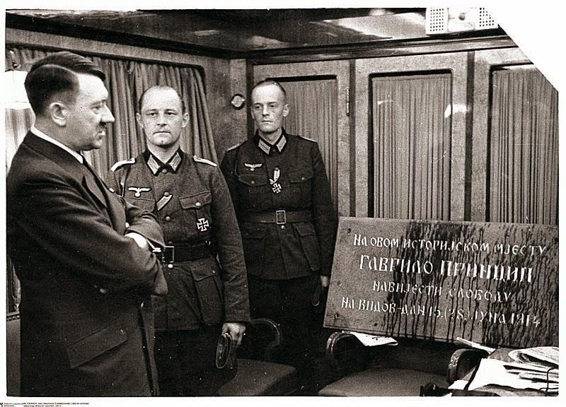 Хитлер прегледа заплењену спомен плочу. Берлин 1941.