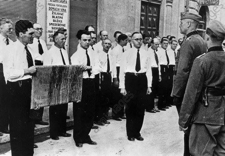 Фолксдојчери скидају спомен плочу и шаљу је Хитлеру. Сарајево 1941.