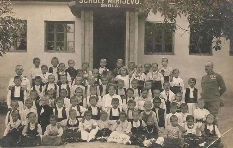 Ученици школе у Миријеву под будним оком окупатора.