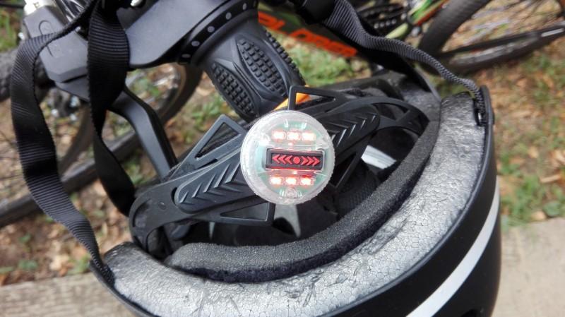 Упаљено црвено светло на шлему. Светло може сијати стално или трепћуће.
