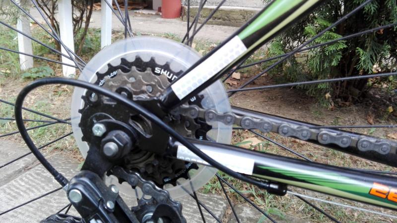 Рефлектујућу траку исечемо на траке и лепимо на крајеве рама бицикла.