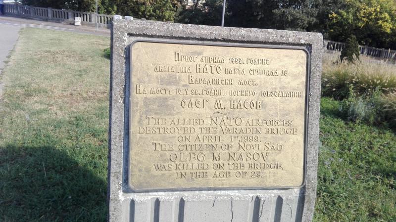 Спомен плоча Олегу М. Насову, који је 1999.године погинуо када је НАТО срушио мост ракетом.     Мемориальная доска Олегу М. Насов, погибший в 1999 году, когда НАТО разрушило мост ракетой.