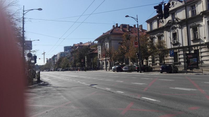 Угао улица Кнеза Милоша и Милоша Поцерца. Таксисти су блокирали град, Једна од главних улица у граду је неприродно празна.