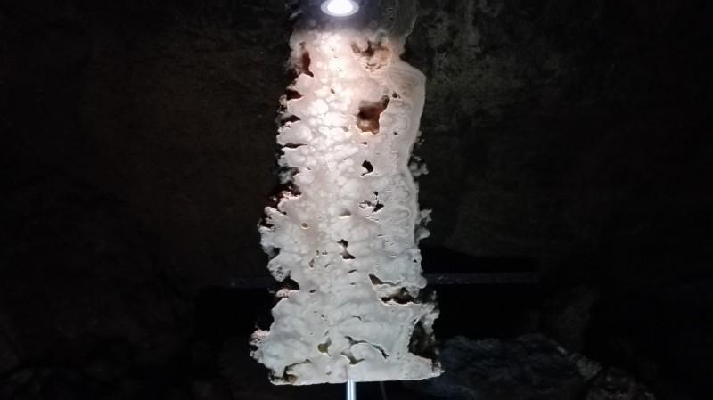 Пресек пећинског украса.