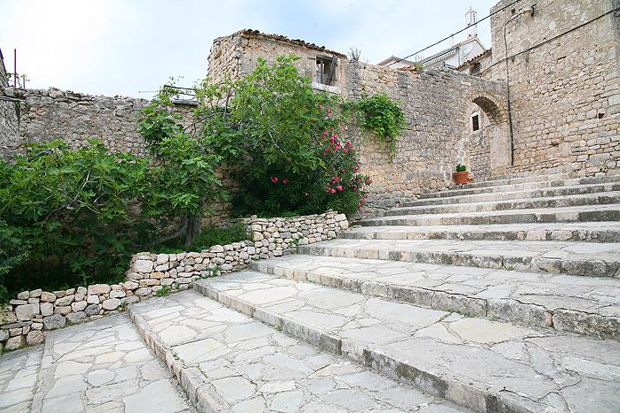 Путь на холм с крепостью