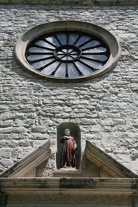 Над входом в монастырскую церковь Висовац