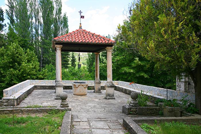 Колодец в монастырском парке Висовац