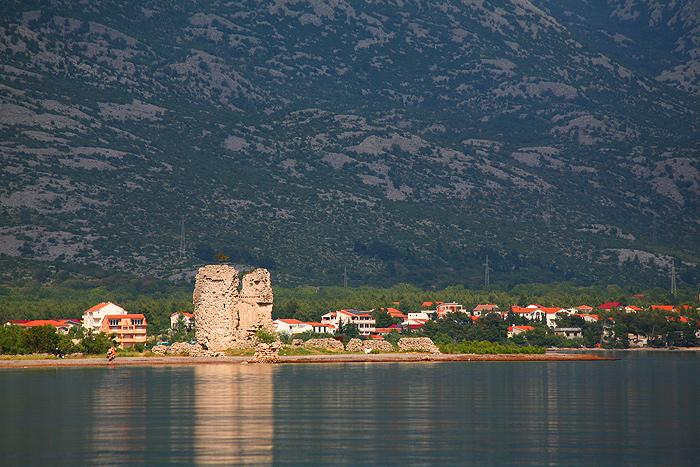 Вид на башню Вечка и скальный массив Велебит с моря