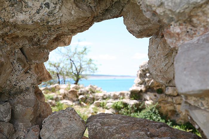 Отверстие в нижней части стены башни Вечка